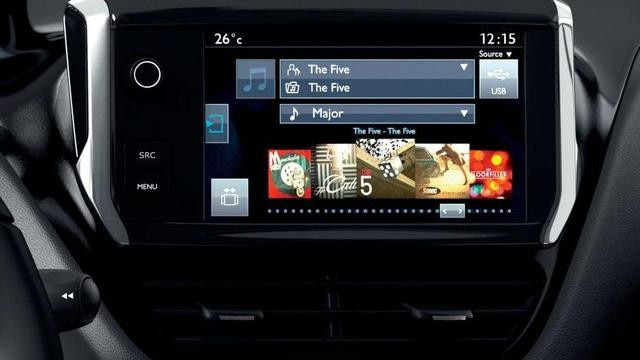 PEUGEOT-208-Innendesign-Fahrerplatz-Touchscreen