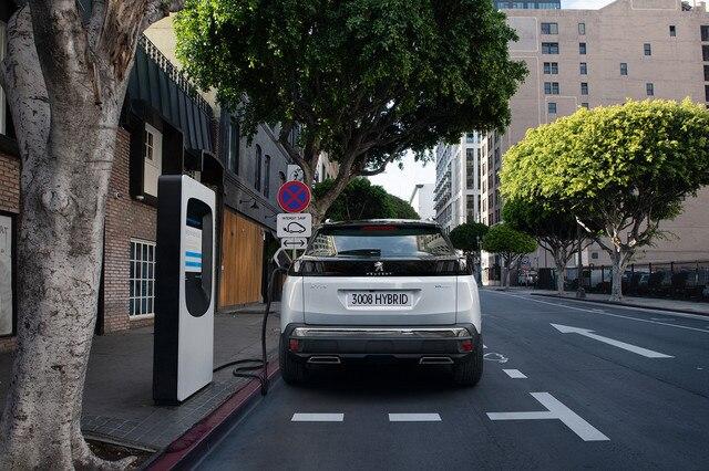 Neuer Plug-In Hybrid PEUGEOT 3008 HYBRID – Aufladen an einer oeffentlichen Ladestation
