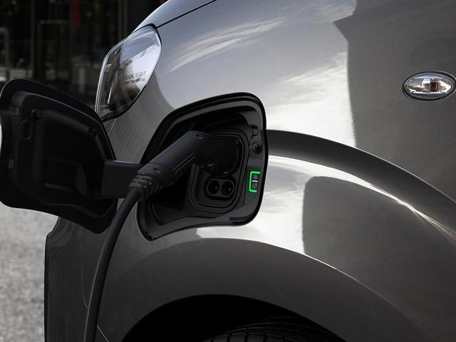 PEUGEOT e-Traveller – Aufladen des Kombis mit elektrischem Antrieb