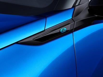 Das-neue-Elektroauto-PEUGEOT-e-2008-Elektroauto-Logo