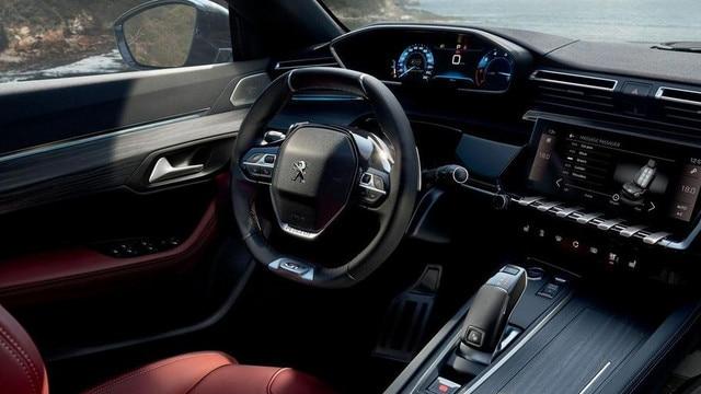 Der Fahrerplatz des neuen PEUGEOT 508 SW bietet das innovative PEUGEOT i-Cockpit mit Kombiinstrument und kompaktem Lenkrad
