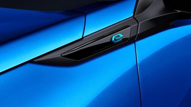 Das neue Elektroauto PEUGEOT e-2008 – Monogramm