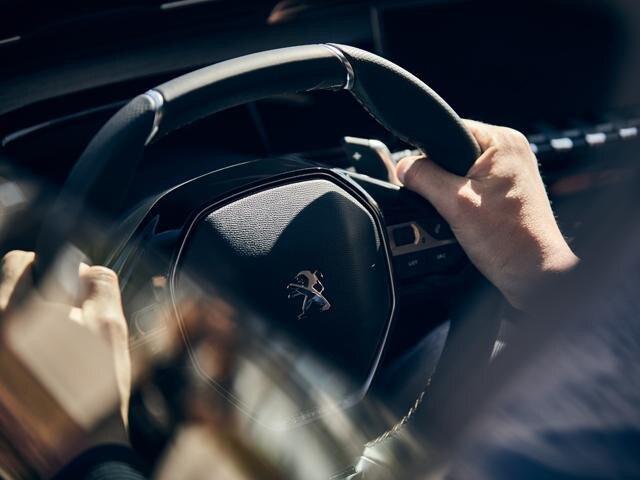 Neue PEUGEOT 508 GT Limousine, Lenkrad in perforiertem, naturbelassenem Leder